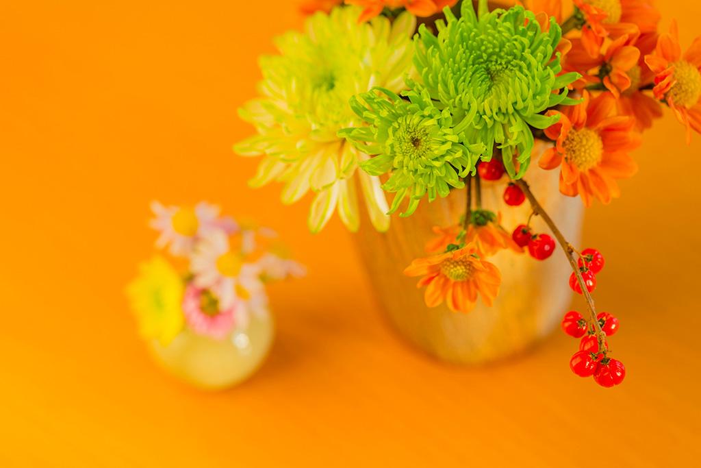 テーブルの上に活けたハロウィンらしい色の花