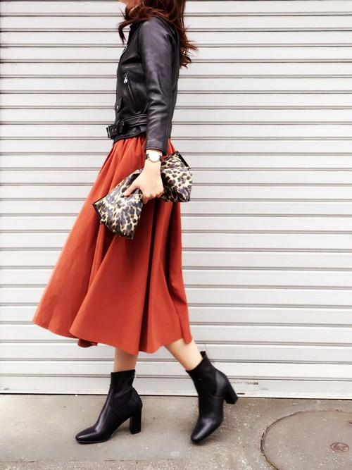 レザージャケット×テラコッタスカートのコーデ