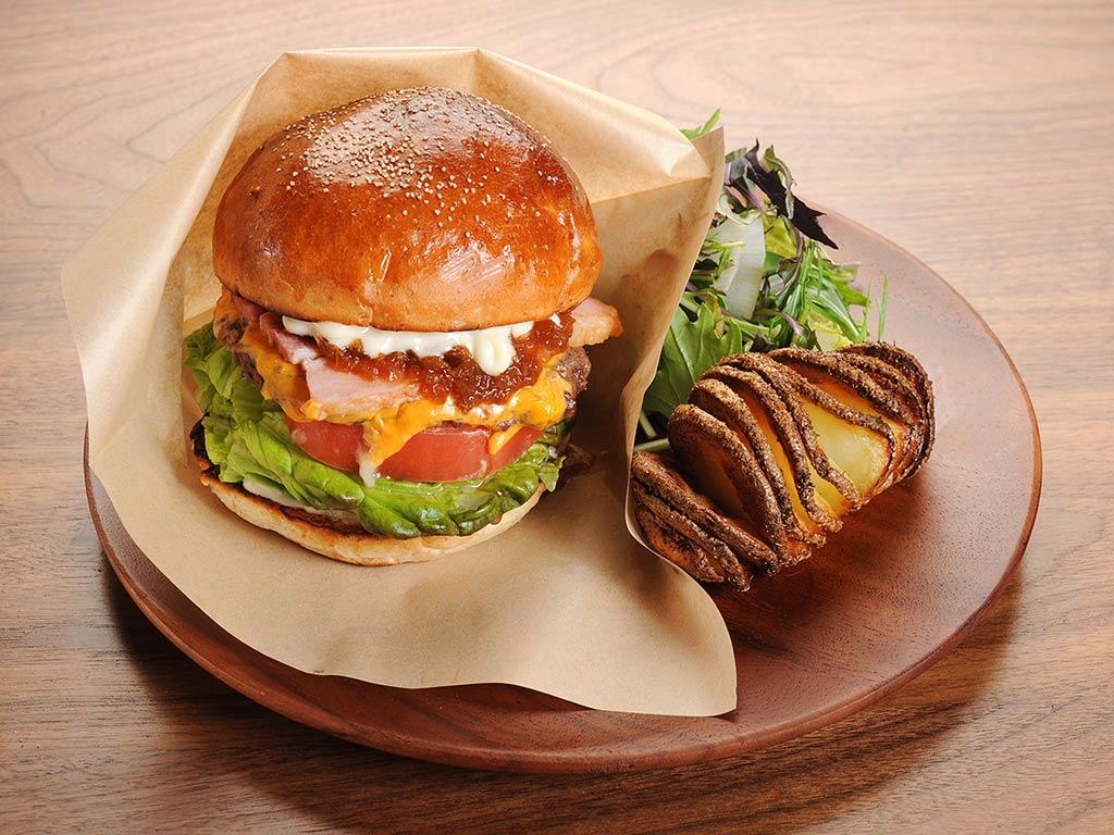 ハンバーガーにポテトとサラダを添えた木のプレート