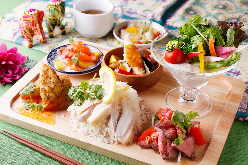 お皿と組み合わせて前菜を盛り付けたスクエア型のプレート