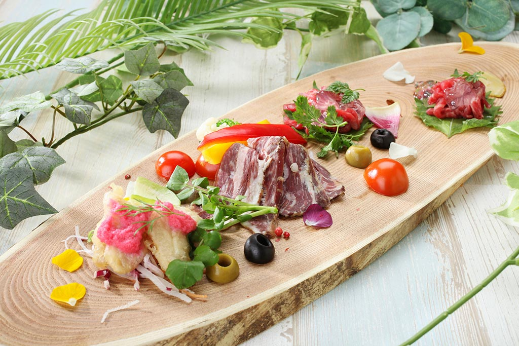 彩りよく前菜が盛り付けられた楕円形プレート