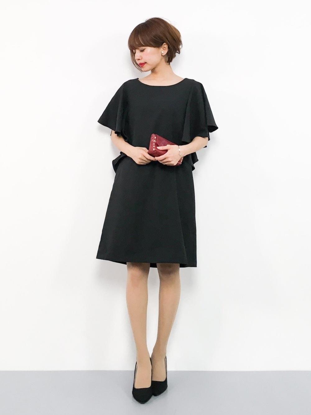 黒のドレスにクラッチ