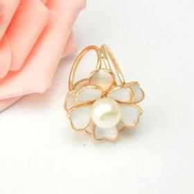 女性 ピン白い 花デザイン 真珠 スカーフクリップ 結婚式 バックルリング