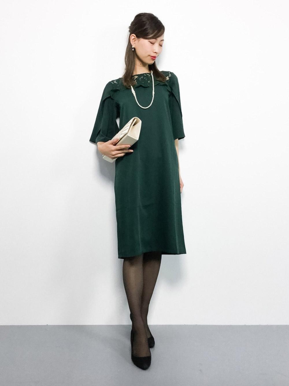 グリーンの膝丈ワンピースドレス