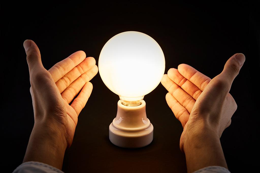 オレンジ色の光を放つ電球
