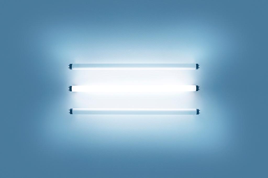蛍光灯の青白い光
