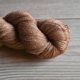 Kurocha 手染めの極細毛糸 80% Extra Fine Merino + 20% Silk