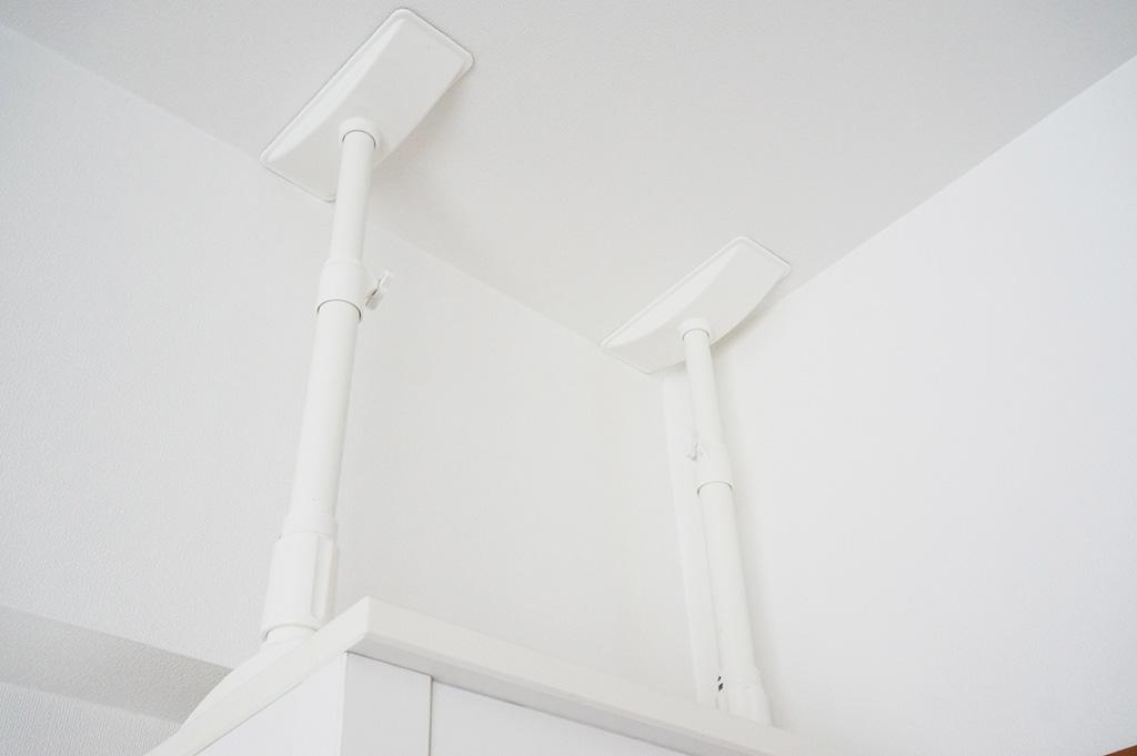 家具の転倒対策・天井の突っ張りポール
