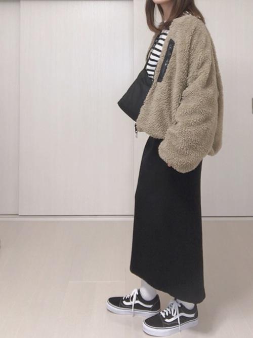 黒いリブ編みスカートとベージュのボアブルゾンのコーデ