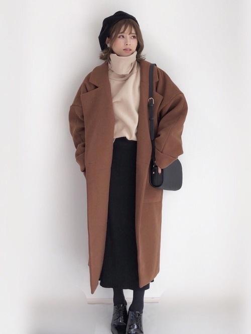 黒いリブ編みスカートとベージュのタートルネックのコーデ
