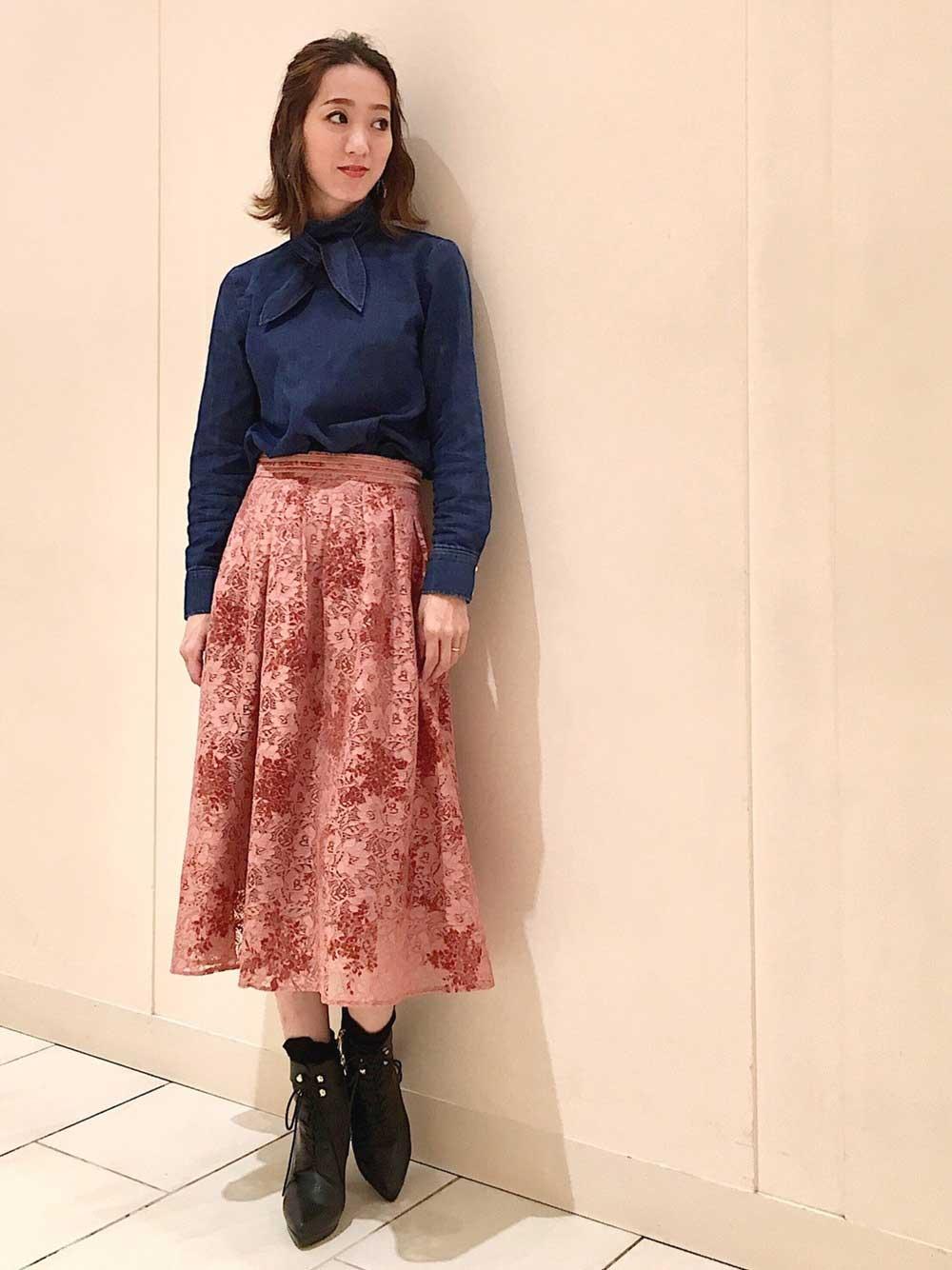 くすみピンクのレーススカート