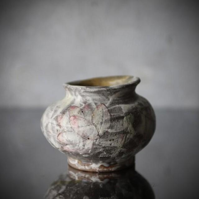 白化粧泥に蓮絵の壺(花器)