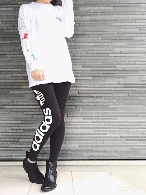 白Tシャツと黒いレギンスコーデ