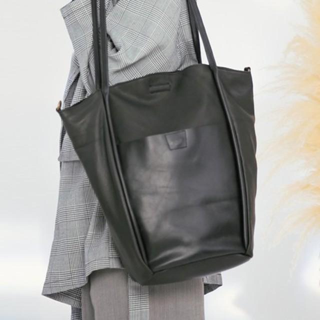 ブラックと薄いベルトデザインのトートバッグ2