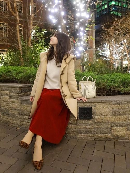 ベージュのダッフルコートと赤いスカートのコーデ