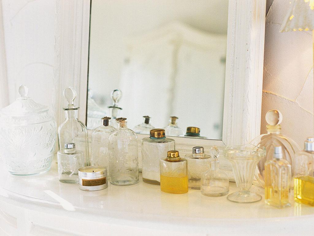 鏡の前に香水