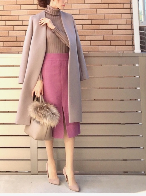 ベージュのノーカラーコートとピンクスカートのコーデ