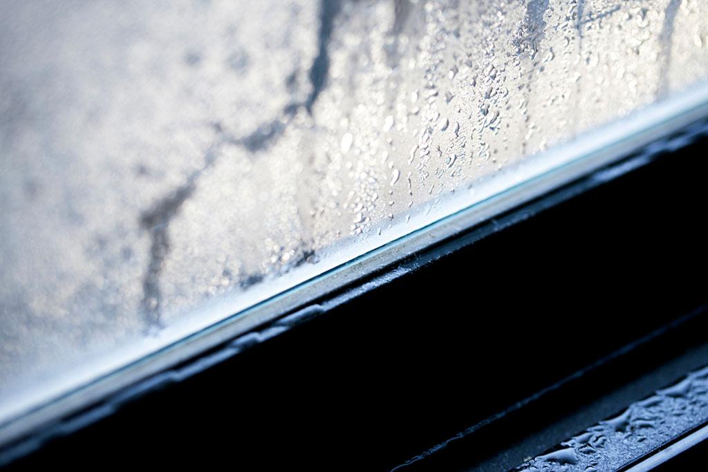 窓の下にできている結露