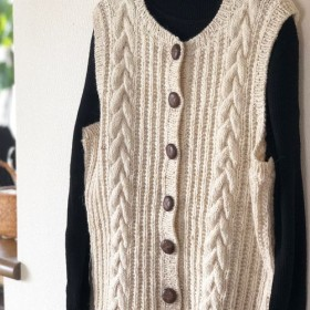 暖かくコーディネートしやすい、シンプルな手編みベスト★ウール100%★コートの下のアンダーにも。