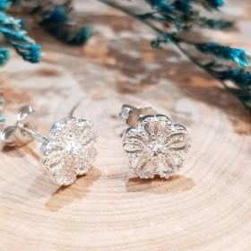輝く花のイヤリング 完全に純粋な銀のイヤリング
