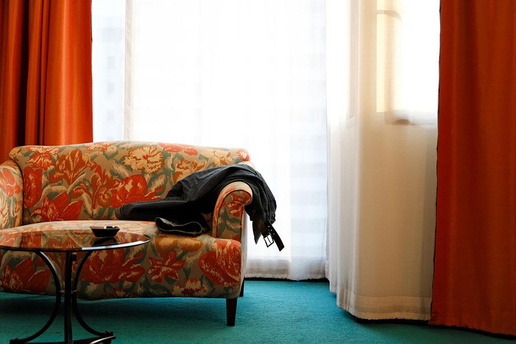 暖色系のカーテンとソファ