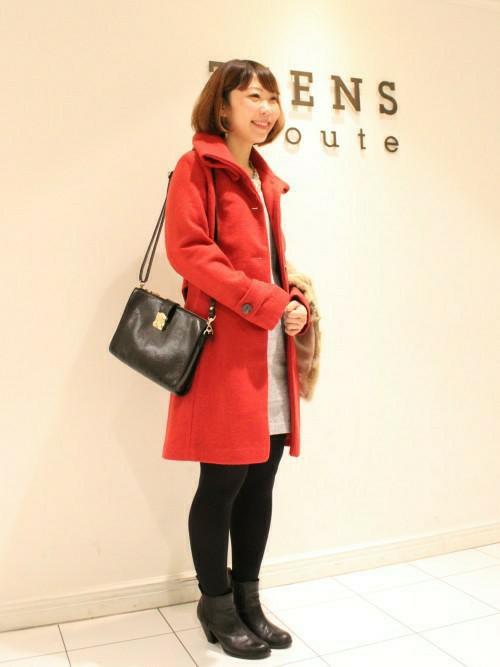 赤いウールコートのコーデ