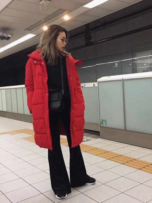 赤いダウンコートのコーデ