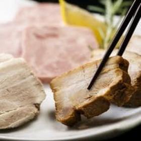 【吉田ハム工場のビックリセット】1.8kg 煮豚の白と黒&角プレスハム