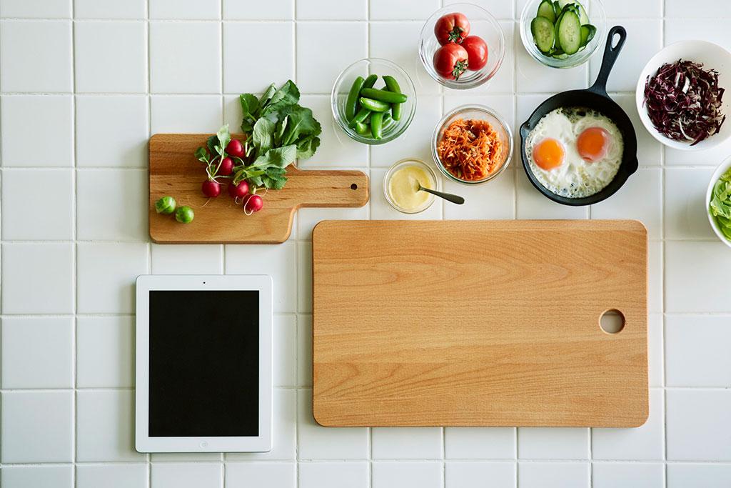 木製のカッティングボード2種と野菜など