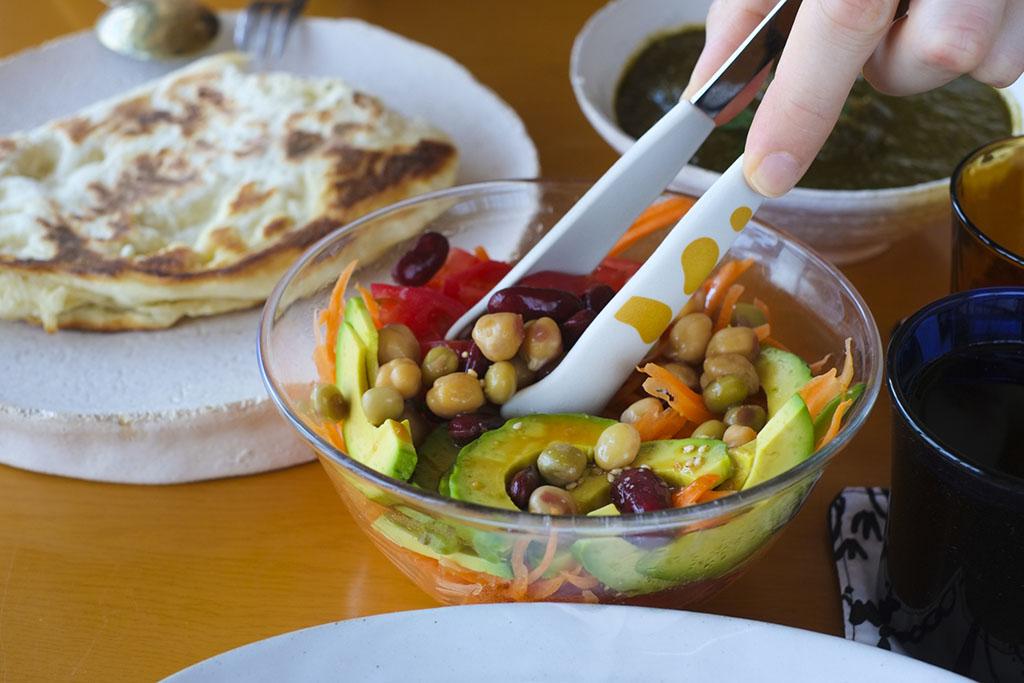 豆サラダをつまむ猫の手トング