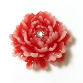 【1点モノ】華やかに咲く牡丹花の帯留め (赤)
