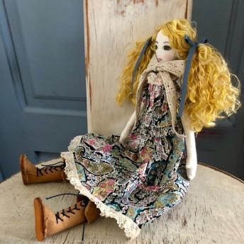 La Fille Porte-Bonheur リバティの服を着た女の子のドール Bourton