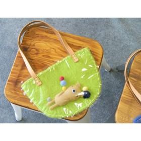 中で動く くまさんの羊毛と透明バッグ(緑)