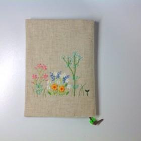 可愛い花の刺繍のブックカバー