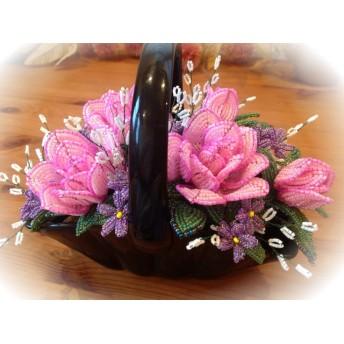 華やかピンクのバラとすみれ かすみそうアレンジ