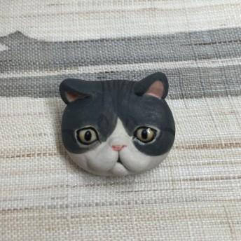 陶器 エキゾチック風 濃灰トラ白猫のブローチ( ° ω ° )