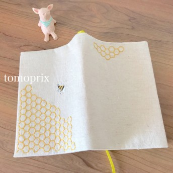ミツバチ刺繍のブックカバー