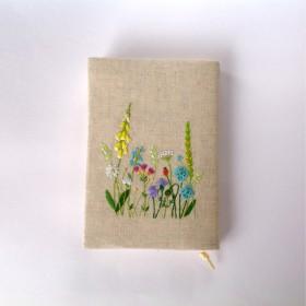 花の刺繍のブックカバー