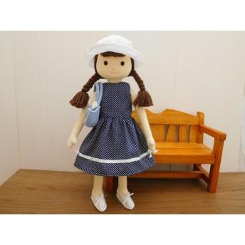 布の着せ替え人形・リボンのワンピースと白い帽子の女の子