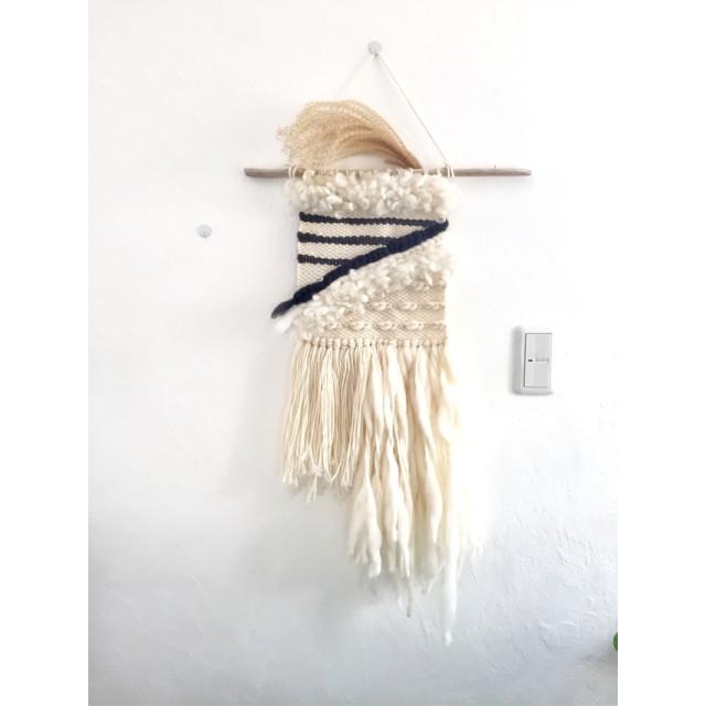 色々な白い毛糸とハーフブレッドのハンギング