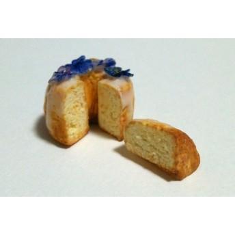 青いビオラのお花のシフォンケーキケーキのミニチュアスイーツ