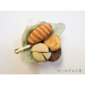 パンとチーズのかご盛りマグネット★ミニチュアパン3種