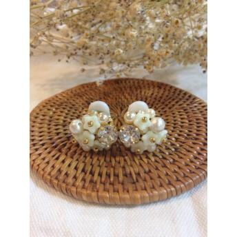 白いチェコビーズのお花とスワロフスキー
