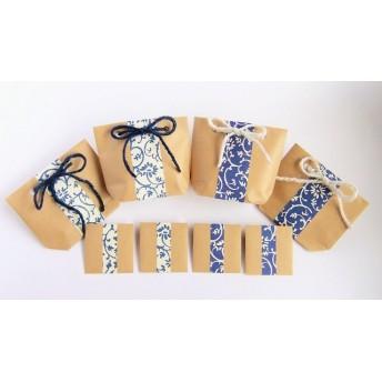 レトロな模様のミニ紙袋、涼しげ紺&白色違いセット。お揃いのぽち袋付き。小物をラッピングしたり、お菓子のおすそ分けに使ったり・・・ポチ袋にメッセージカードを入れて添えたり・・・使い方色々簡単ラッピング。