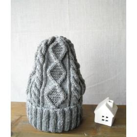 ケーブル編みのニット帽(グレー)