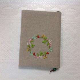 可愛い刺繍のリースのブックカバー