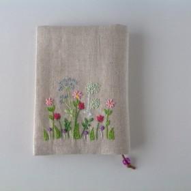 可愛い刺繍のブックカバー