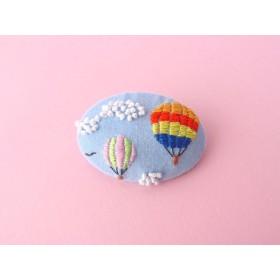 気球の刺繍ブローチ 青空とレインボーの気球 ヘアゴム変更可
