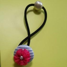 リボン刺繍のクルミボタンヘアゴム