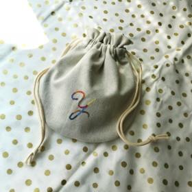 刺繍のイニシャル 巾着ポーチ